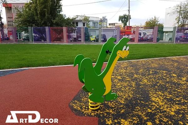 Balansoar pe arc figurina dinozaur