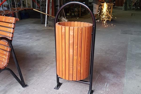 Cos de gunoi din lemn exotic
