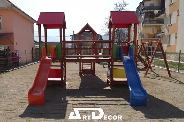 Loc de joaca-Complex din lemn cu turnulete