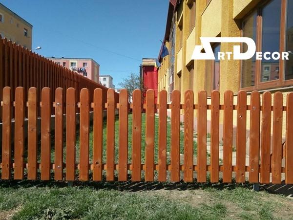 gard din lemn maro